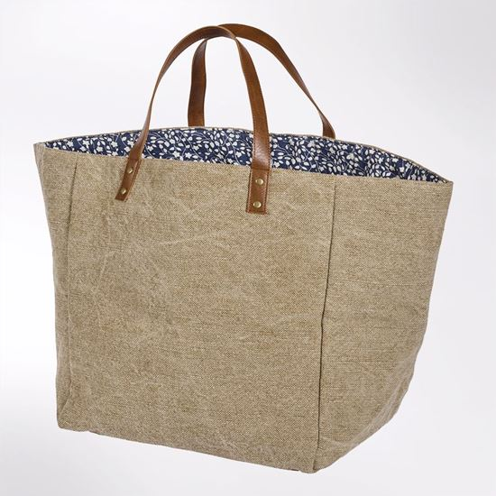 Orchard shopper bag. Beige exterior with blue floral lining. Perfect for the beach.